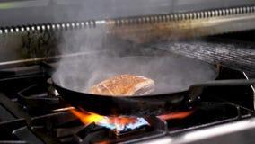 Morceau délicieux de viande de sein de canard faisant frire dans la casserole clips vidéos