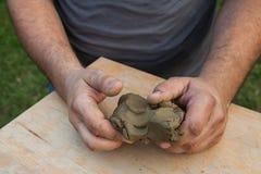 Morceau d'argile formé deux par mains Photo libre de droits