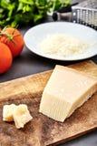 Morceau d'un parmesan et d'un fromage râpé photo libre de droits