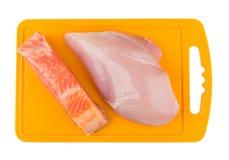 Morceau de blanc de poulet saumoné et cru photos stock