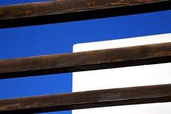 morceau de bois brun comme toit dans le ciel Lanzarote photo libre de droits