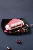 Morceau de Cherry Lychee et de pistache Yule Log Cake images libres de droits