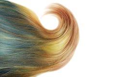 Morceau de cheveux blonds et bleus d'ombre avec la grosse boucle d'isolement image libre de droits
