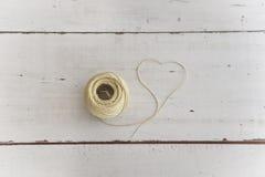 Morceau de corde formant la forme de coeur Images stock