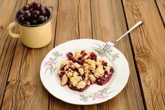 Morceau de croustillant fait maison délicieux de cerise avec la fourchette dans le pl blanc Photographie stock libre de droits