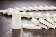 Morceau de domino tenant toujours le concept Images libres de droits