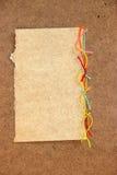 Morceau de fil coloré lumineux de laine de carton, morceau de papier e Photo stock