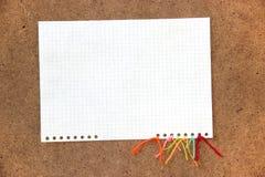 Morceau de fil coloré lumineux de laine de carton, morceau de papier e Images libres de droits