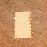 Morceau de fil coloré lumineux de laine de carton, morceau de papier e Photographie stock