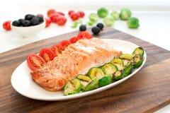 Morceau de filet saumoné rôti avec les légumes grillés Image stock