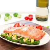 Morceau de filet saumoné rôti avec les légumes grillés Place i Photo stock