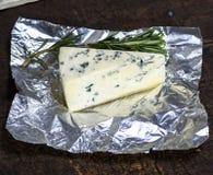 Morceau de fromage avec le roquefort de moule sur un morceau d'aluminium Photos libres de droits
