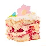 Morceau de gâteau appétissant d'isolement avec de la crème haut étroit d'isolement Image libre de droits