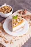 Morceau de gâteau au fromage avec l'écrou sur le conseil en bois Photographie stock