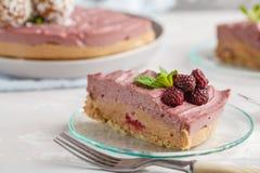 Morceau de gâteau au fromage cru de vegan de framboise rose avec le bonbon à noix de coco photo libre de droits