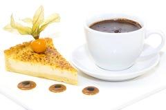 Morceau de gâteau avec la passiflore comestible de passiflore Images stock