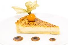 Morceau de gâteau avec la passiflore comestible de passiflore Photographie stock libre de droits
