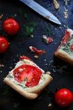 Morceau de gâteau avec la tomate et le fromage Photos libres de droits