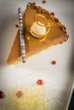 Morceau de gâteau crémeux image libre de droits
