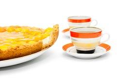 Morceau de gâteau d'abricot et de tasses de thé Photo libre de droits
