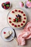 Morceau de gâteau d'anniversaire avec le gâteau entier sur la vue supérieure de table photographie stock libre de droits