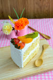 Morceau de gâteau de fruit avec le kiwi, la fraise et l'orange Images stock