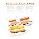 Morceau de gâteau de fruit et de deux tasses Photographie stock libre de droits