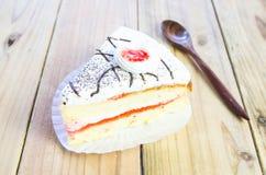 Morceau de gâteau de vanille sur la table en bois Images stock