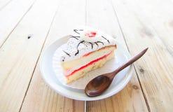 Morceau de gâteau de vanille sur la table en bois Image libre de droits