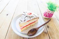 Morceau de gâteau de vanille sur la table en bois Photos stock