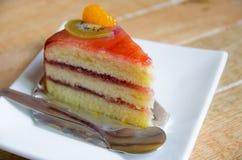 Morceau de gâteau du plat blanc Photos stock