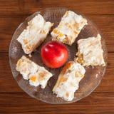 Morceau de gâteau et de nectarine de crème de nectarine de plat Image stock