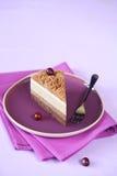 Morceau de gâteau multicouche de mousse de châtaigne photographie stock