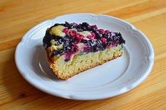 Morceau de gâteau savoureux avec les baies sauvages Photographie stock libre de droits