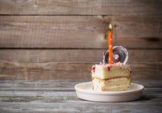 Morceau de gâteau sur la table en bois Photographie stock libre de droits