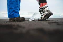 Morceau de glace entre deux personnes Photographie stock libre de droits