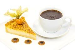 Morceau de gâteau avec la passiflore comestible de passiflore Image stock
