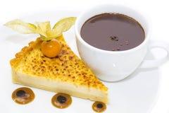 Morceau de gâteau avec la passiflore comestible de passiflore Photos libres de droits