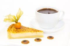 Morceau de gâteau avec la passiflore comestible de passiflore Photo stock