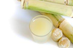 Morceau de jus de canne à sucre dans un verre Images stock