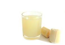 Morceau de jus de canne à sucre dans un verre Photographie stock libre de droits
