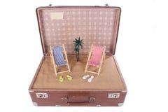 Morceau de la plage avec un palmier dans une vieille valise Photos libres de droits
