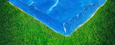 Morceau de mer sur l'herbe photo stock