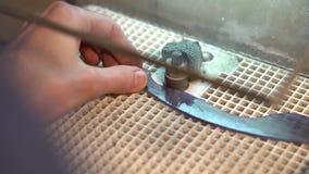Morceau de meulage de verre sur la machine de broyeur pour faire le verre souillé banque de vidéos