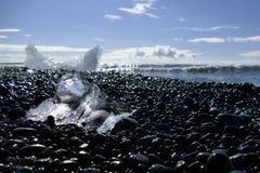 Morceau de mille-année-vieille glace brillant au soleil sur la plage de diamant, lagune de glacier du ³ n de rlà de ¡ de Jökulsà photos stock