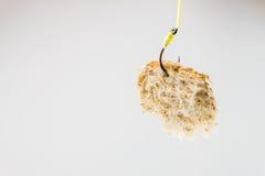 Morceau de pain blanc accrochant sur un hameçon Photo stock