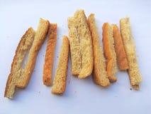 Morceau de pain de blé sur le fond blanc Photographie stock libre de droits