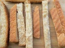 Morceau de pain de blé sur le fond en bois Photographie stock libre de droits