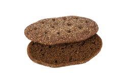 Morceau de pain noir sur un fond blanc photo libre de droits
