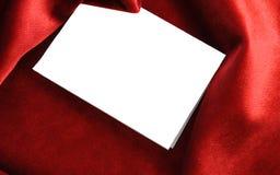 Morceau de papier blanc sur le fond rouge Images libres de droits